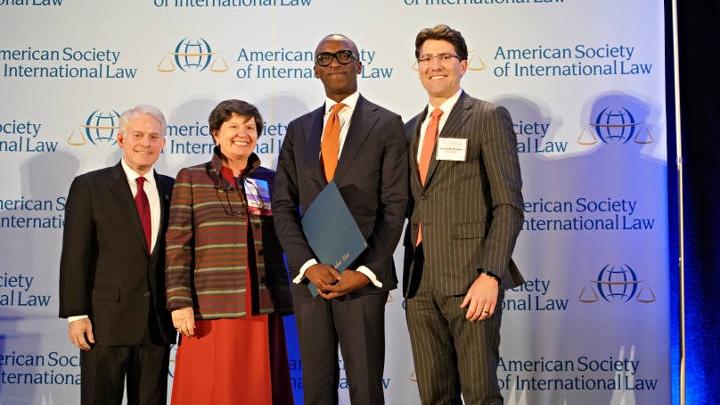 Slijeva nadesno, Mark Agrast, izvršni direktor ASIL-a, Lucinda A. Low, predsjednica ASIL-a, Olufemi Elias, sekretar MMKS-a i David D. Bowker, predsjedavajući Izvršnog odbora ASIL-a, na svečanosti dodjele priznanja 5. aprila 2018. u Washingtonu, D.C.